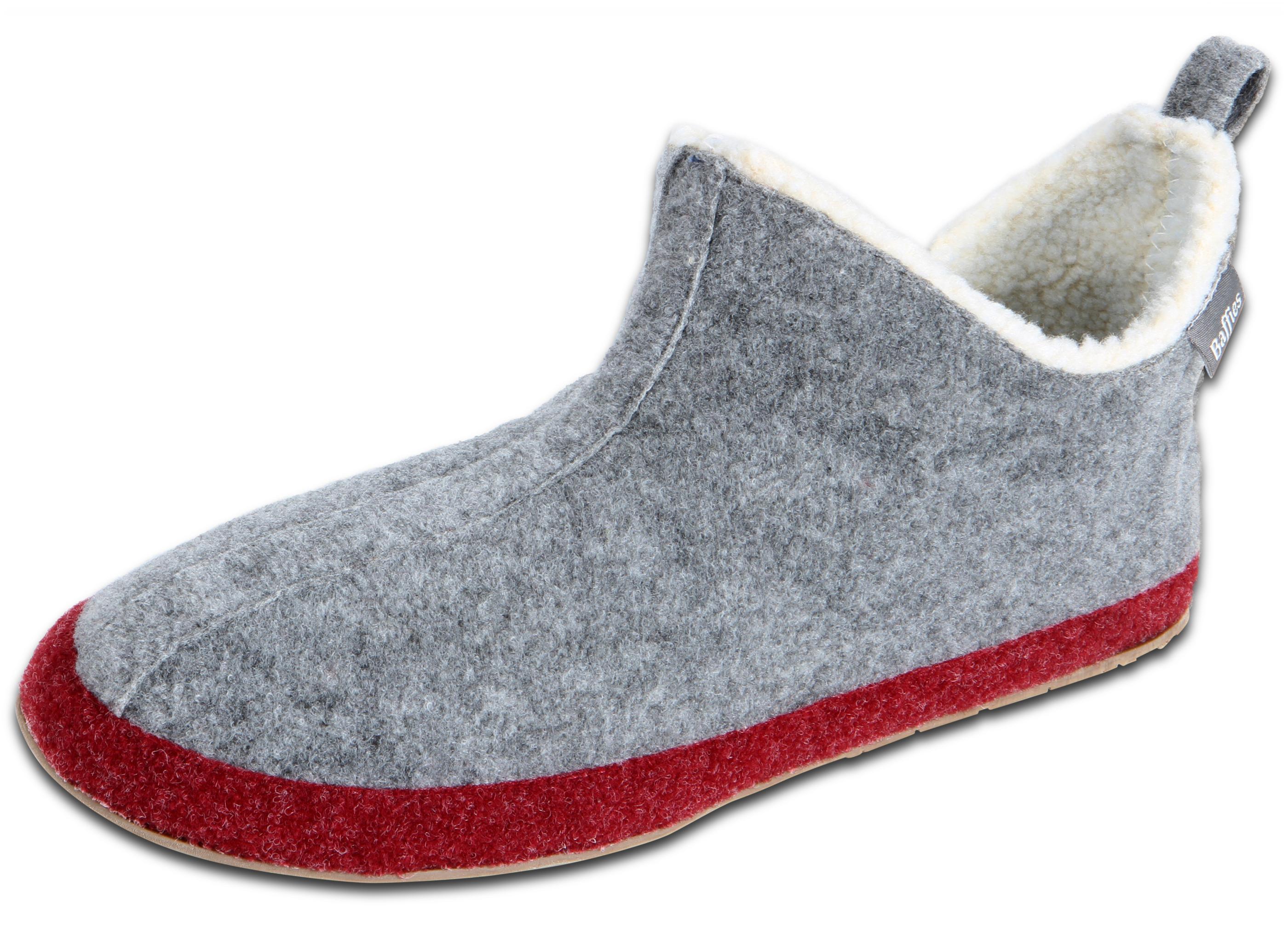 Mit leichten Stoffen verschaffen die Damen-Hausschuhe ein Barfuß-Gefühl. Die Sohlen der gemütlichen Treter bestehen zumeist aus Kork oder Gummi. Sie machen die Schuhe stabil und schützen das Fußbett beim Auftritt auf spitze Gegenstände.